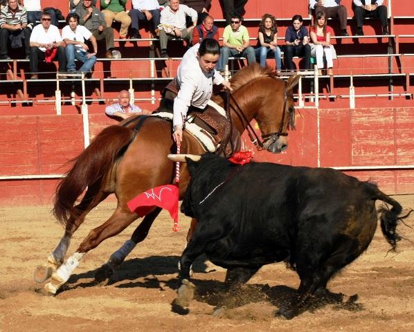 Noelia parando a su toro.
