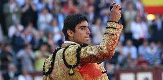 Miguel Ángel Perera mostrando la oreja del primer toro de su lote.(FOTO:Cabrera/Burladero.com)
