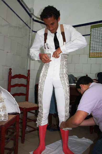 Rubén, el mozo de espadas, ajusta la taleguilla.
