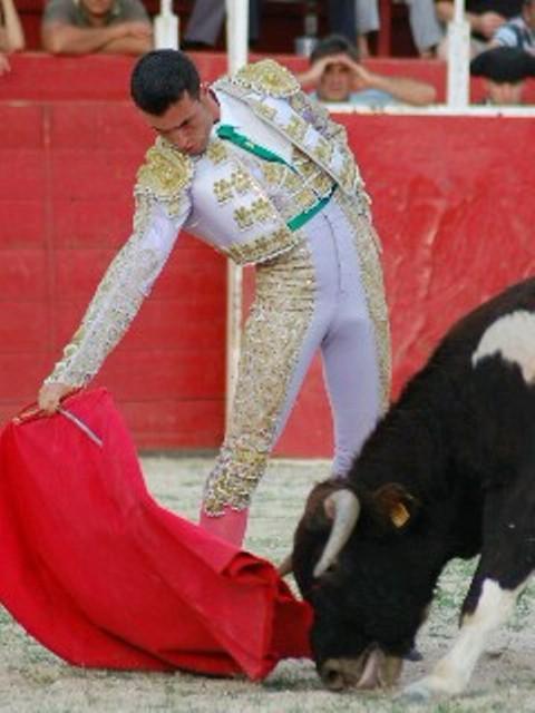 El Pilo toreando en Manchita cuando pertenecía a la Escuela Taurina de Badajoz. (FOTO: José Ledesma)