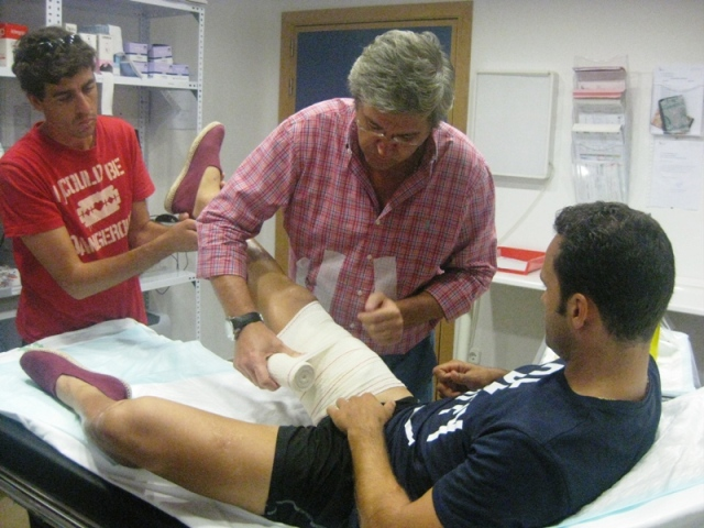 Su hombre de confianza, Fernando González, auxilia a su maestro.