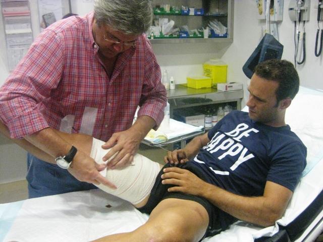 El Dr. Franco ajustando el vendaje.