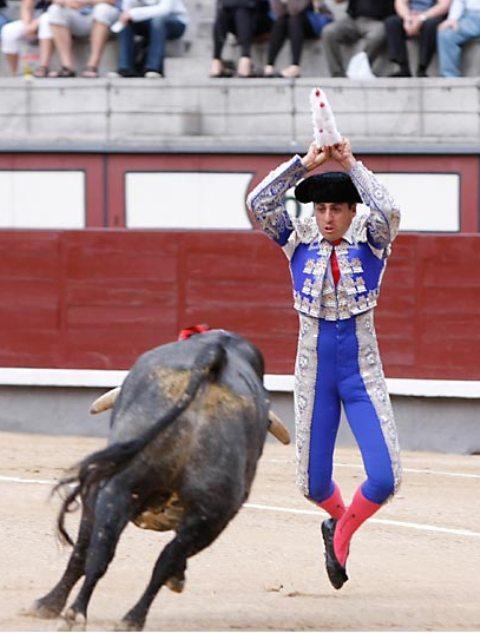 Fernando González clavando palos a un'saltillo'. (FOTO: Las-Ventas.com)