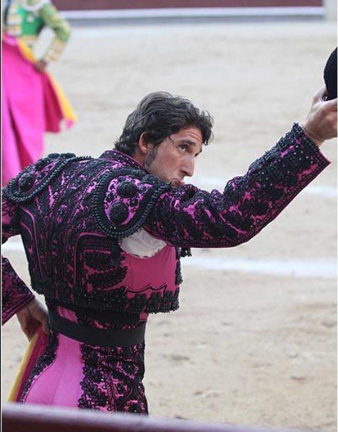 Javier Ambel saluda tras un par en Las Ventas. (FOTO: Las-Ventas.com)