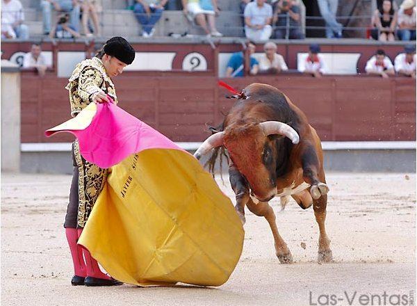 Verónicas a pies juntos para recibir al condeso. (FOTO: Juan Pelegrín/Las-Ventas.com)