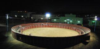 La plaza perfectamente iluminada para el festival nocturno de mañana. (FOTO:Fco. Javier Campos)