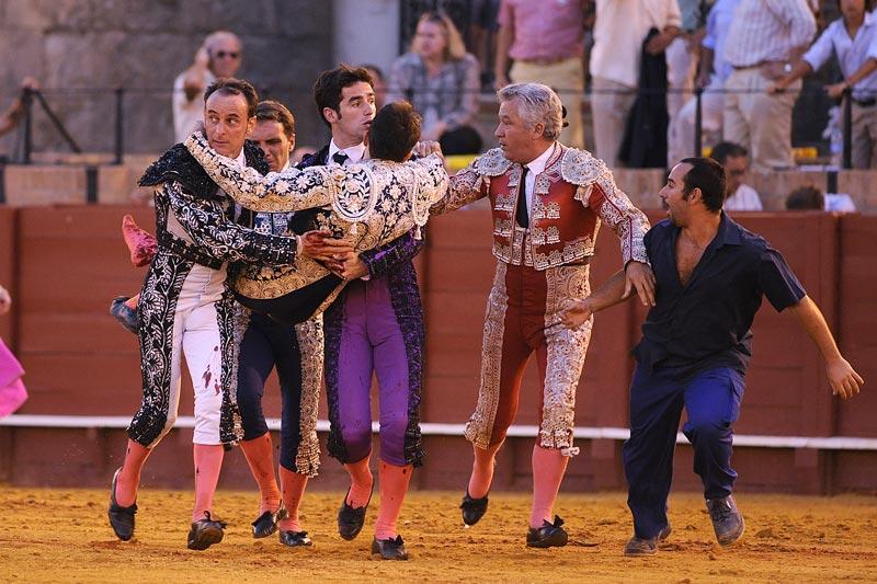Jesús Márquez en los brazos de sus compañeros. (FOTO: Sevillataurina.com)