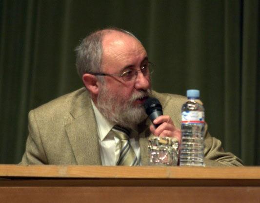Eduardo Oliva, presidente de la Peña Taurina presentando a la mesa.