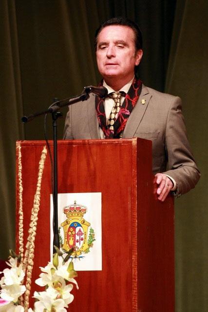 Ortega Cano dirigiéndose a los aficionados.