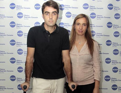 Abandonando la Clínica Sagrado Corazón junto a su esposa, muy pronto serán papás. (FOTO: Sevillataurina.com)