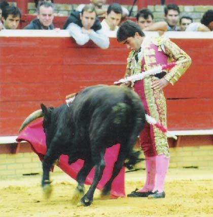 En la plaza de Huelva muleteando a un novillo. (FOTO: Cedida por el torero)