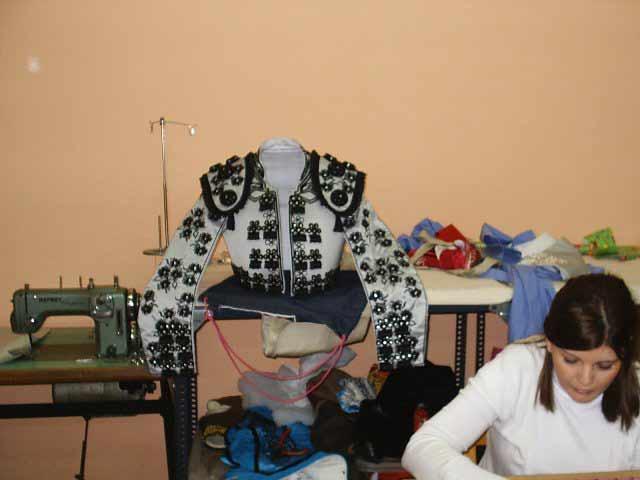 La chaquetilla terminada es testigo de las manos de las bordadoras. (FOTO:Gonzalo Fernández)