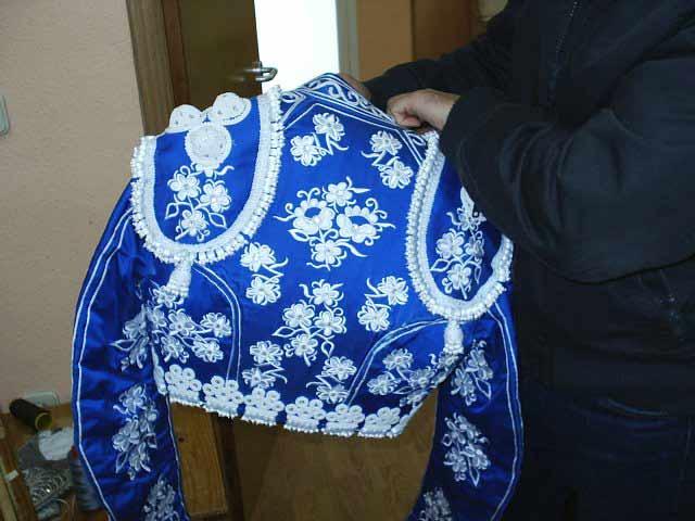 O este otro, bordado en hilo blanco sobre seda azul.