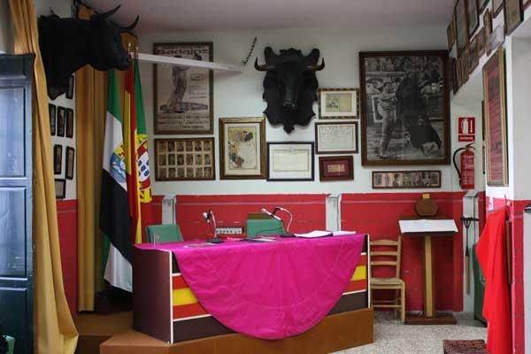 Las banderas extremeña, española y portuguesa presiden el Museo.