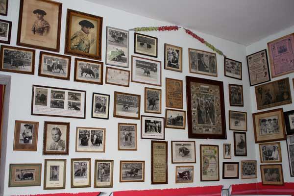 Las fotografías de todas las épocas se agolpan en susa añejas paredes.