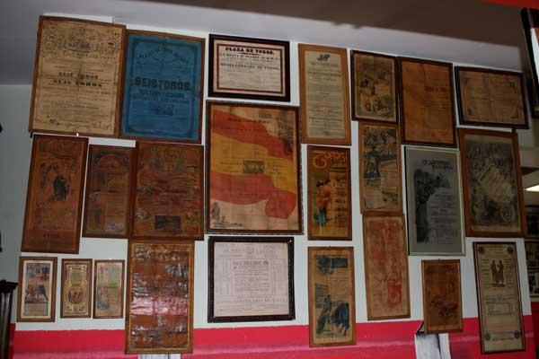 En igual proporción, históricos carteles ocupan también metros de pared.