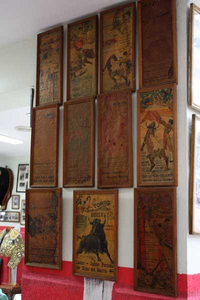 Algunos de estos carteles que repasan la historia del toreo son joyas de incalculable valor.