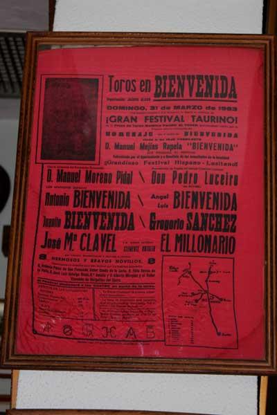 Cartel que anuncia a los Bienvenidas en Bienvenida en el homenaje al Papa Negro.