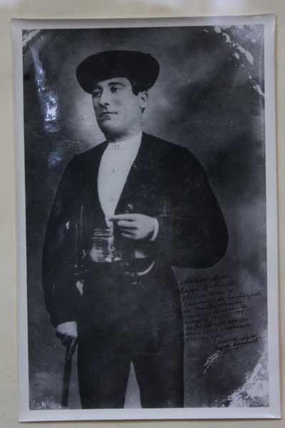 Imagen, autografiada, de Manuel Mejías Luján,el primero que paseó el nombre de Bienvenida por los ruedos.