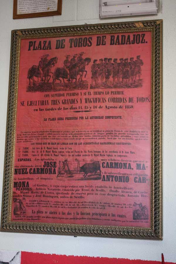 El cartel de la inauguración de la vieja plaza de Badajoz ocupa un lugar privilegiado.