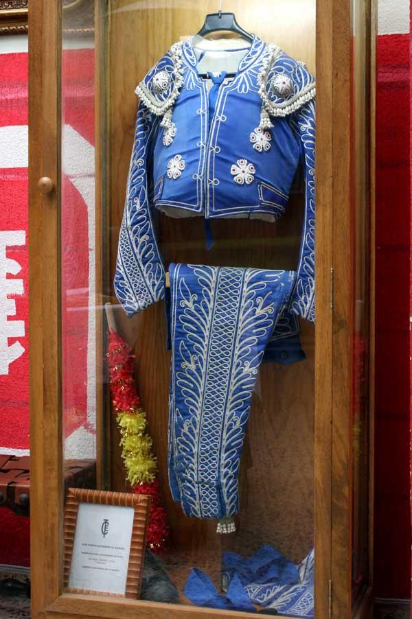 Peculiar bordado en el traje de 'Antoñete', maestro de la Escuela Taurina. Acompañado de una banderilla que da fe de su profesión.