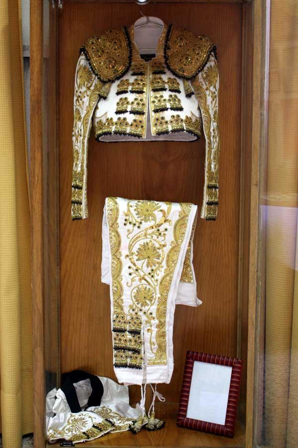 Traje blanco y oro con cabos negros donado por Antonio Ferrera.