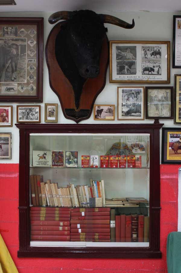 Distintos libros cuya temática es exclusivamente taurina extremeña.