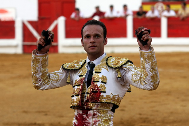 Antonio Ferrera paseando dos orejas el pasado septiembre en Mérida con el traje que ahora dona al Club Taurino de Badajoz. (FOTO:Gallardo)