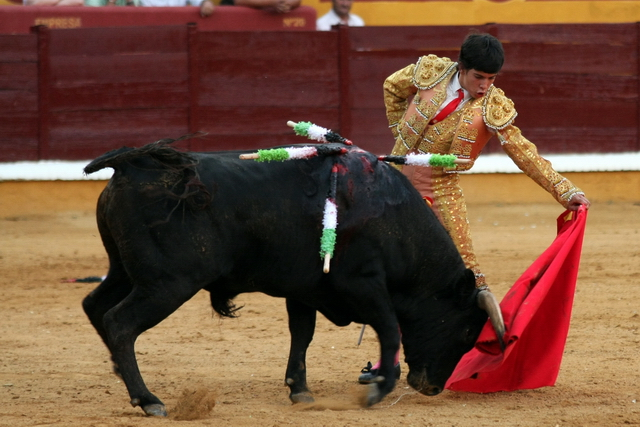 Rubén Lobato toreando al natural en la pasada feria de Badajoz. (FOTO:Gallardo)
