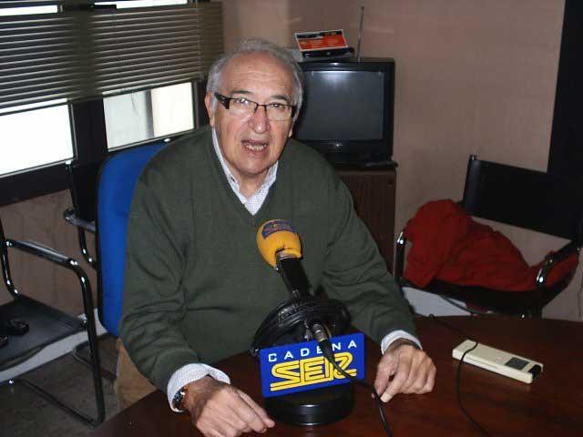Juan Ángel en los estudios de SER Extremadura, desde donde informa de toros cada domingo al medio día. (FOTO: FG)