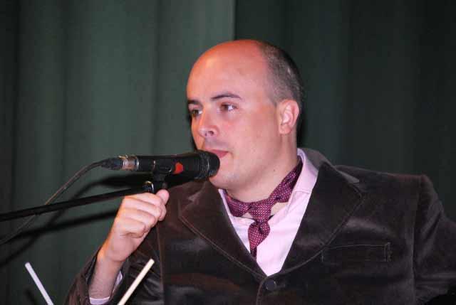 Manolo Molés haciendo las delicias del respetable desde la tribuna de oradores.