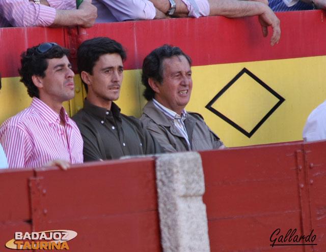 Fernando González junto a sus maestros, Capea hijo y padre.