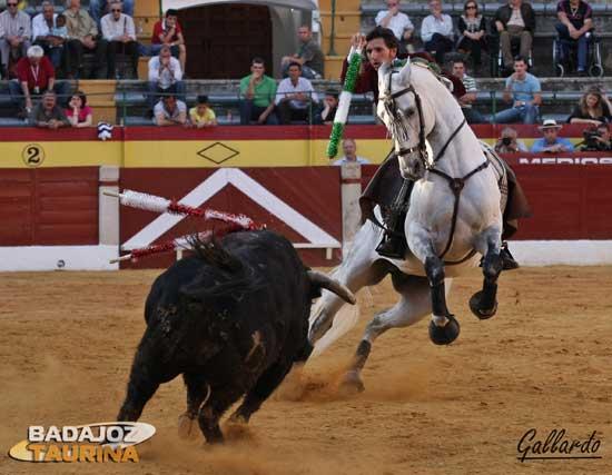 Diego Ventura yendo al toro para clavar una banderilla. (FOTO:Gallardo)