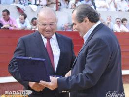 El ganadero Borja Domecq recogiendo su recuerdo.
