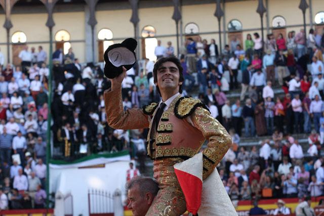 Miguel Ángel Perera a hombros. (FOTO: Gallardo)