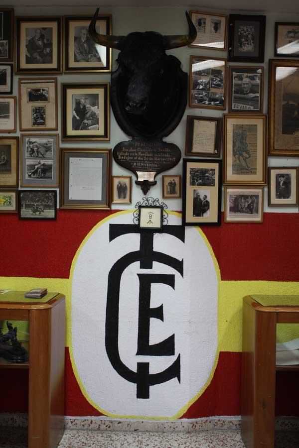 Motivo taurino pintado en las paredes del Club por Nandi y otros consocios. (FOTO: Gallardo)