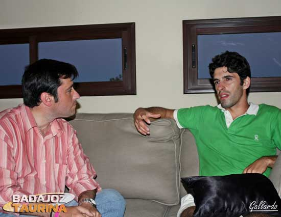 Talavante respondiendo a las preguntas de Antonio Girol. (FOTO:Gallardo)