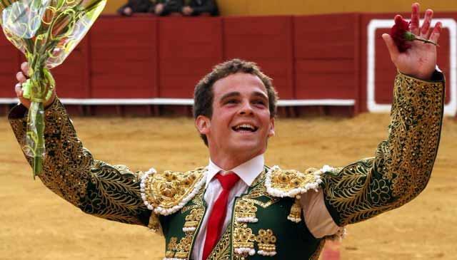 Emilio paseando los trofeos. (FOTO: Gallardo)