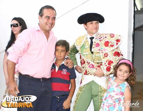 Joaquín Domínguez con sus niños ante El Juli.