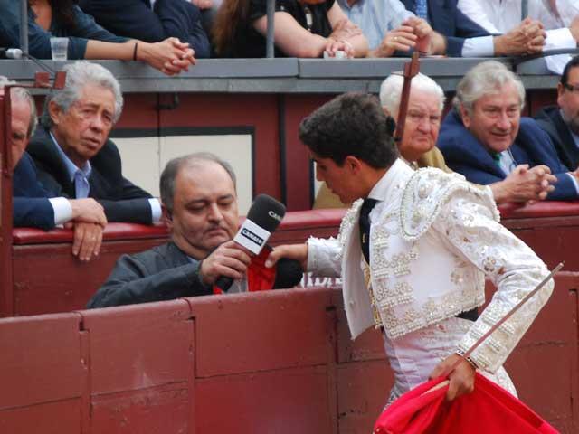 Rafael Cerro brindando a Ortega Cano a traves del Plus. (FOTO: J.M.Cantero)