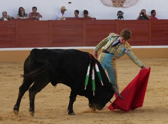 Borja Jiménez enjaretando una tanda de naturales. (FOTO: Gallardo)