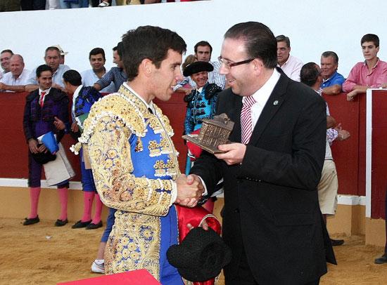 Tomás Campos recibiendo el galardón de triunfador. (FOTO:Gallardo)