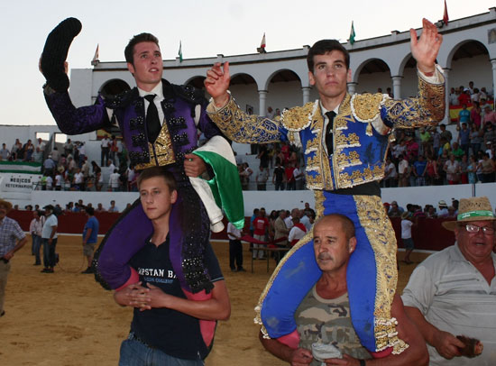 Salida triunfal a hombros del ganador y el segundo clasificado.