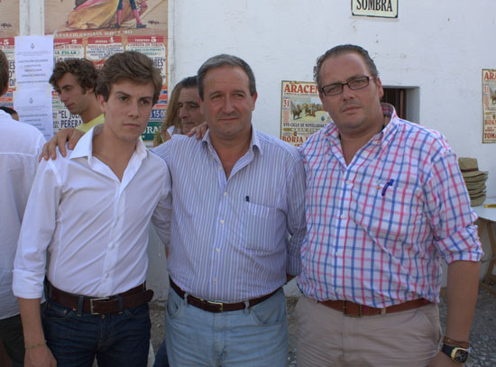 Angulo junto al nuevo Diputado y el Director Gerente del Patronato.