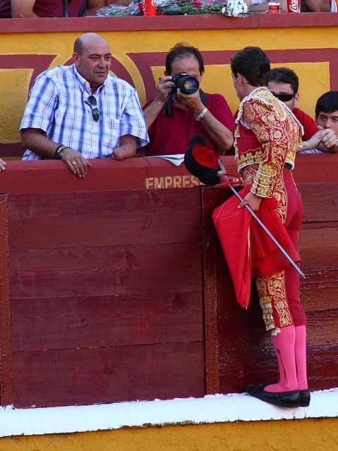 Pedro Ledesma recibiendo un brindis en la pasada feria de Badajoz. (FOTO:Gallardo)