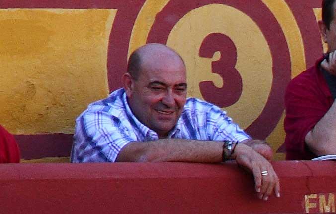 Pedro Ledesma presenciando una novillada de la Escuela. (FOTO:Gallardo)