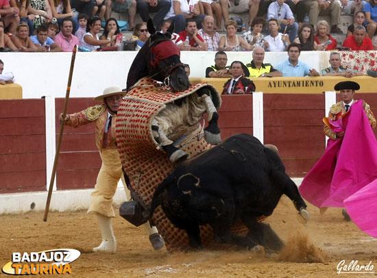 El tercero tumbó al caballo cogiéndolo por los pechos.