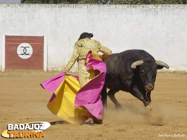 Se enroscó con el toro por cada pitón.