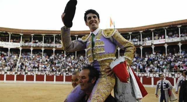 Talavante a hombros en Gijón. (FOTO: Mundotoro.com)