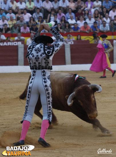 Fernando González clavando un par.